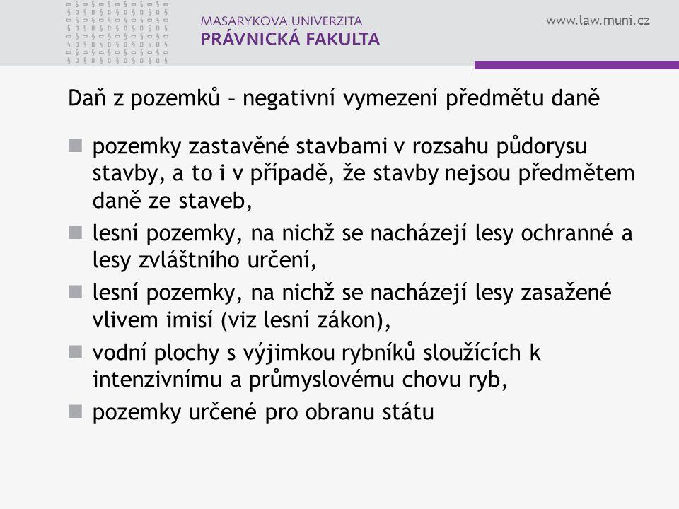 www.law.muni.cz Daň z pozemků – negativní vymezení předmětu daně pozemky zastavěné stavbami v rozsahu půdorysu stavby, a to i v případě, že stavby nej