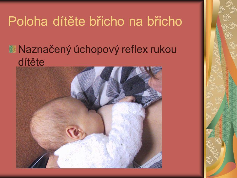 Poloha dítěte břicho na břicho Naznačený úchopový reflex rukou dítěte