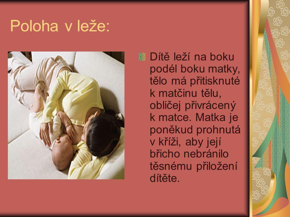 Poloha v leže: Dítě leží na boku podél boku matky, tělo má přitisknuté k matčinu tělu, obličej přivrácený k matce. Matka je poněkud prohnutá v kříži,