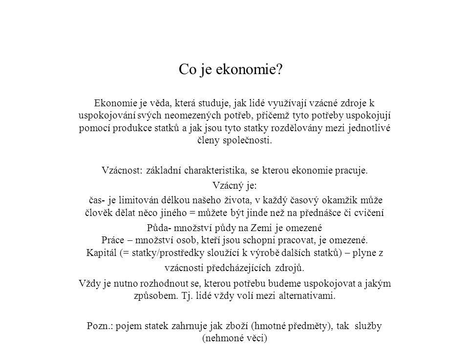 Co je ekonomie? Ekonomie je věda, která studuje, jak lidé využívají vzácné zdroje k uspokojování svých neomezených potřeb, přičemž tyto potřeby uspoko
