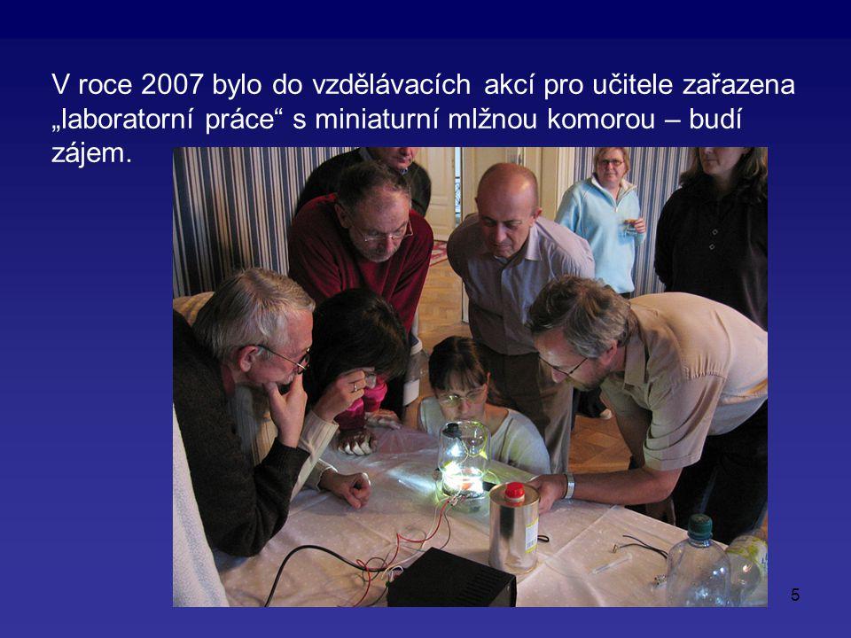 """5 V roce 2007 bylo do vzdělávacích akcí pro učitele zařazena """"laboratorní práce s miniaturní mlžnou komorou – budí zájem."""