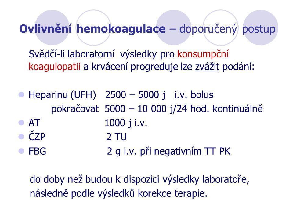Ovlivnění hemokoagulace – doporučený postup Svědčí-li laboratorní výsledky pro konsumpční koagulopatii a krvácení progreduje lze zvážit podání: Hepari