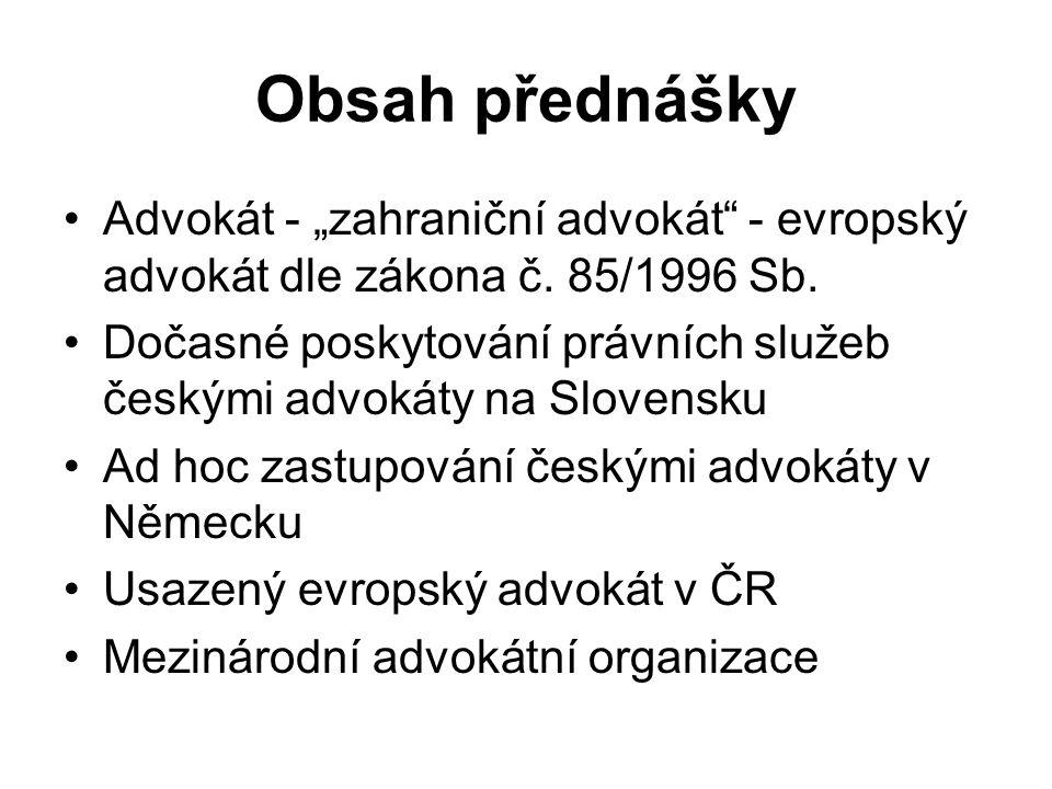 """Hostující evropský advokát jako zástupce v řízení před soudem, jiným orgánem, obhájce V České republice povinnost ustanovit zmocněnce (advokáta) pro doručování písemností při povinném zastoupení v řízení advokátem nebo pokud zástupcem může být jen advokát, povinnost ustanovit konzultanta (advokáta) v otázkách procesního práva (po dohodě s klientem) Na Slovensku povinnost spolupracovat se slovenským advokátem (""""spolupracující advokát ) na základě písemné smlouvy, jinak není oprávněn účastníka řízení/obviněného zastupovat jako advokát doručovací adresou je sídlo spolupracujícího advokáta"""