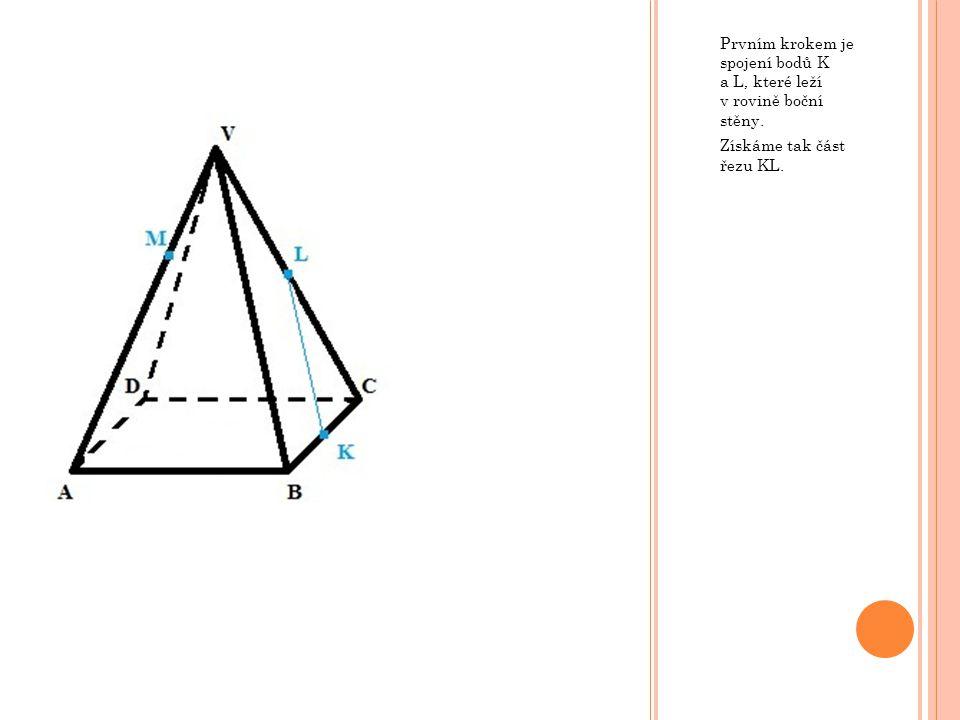 Prvním krokem je spojení bodů K a L, které leží v rovině boční stěny. Získáme tak část řezu KL.