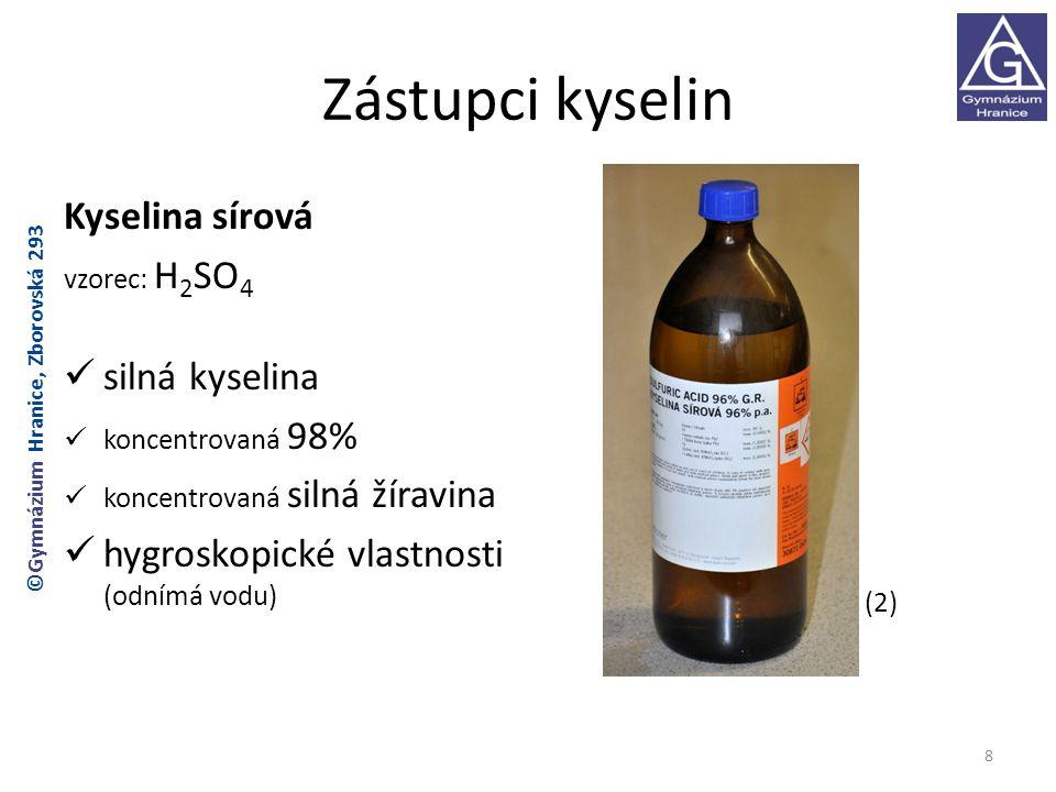Zástupci kyselin Kyselina dusičná vzorec: HNO 3 koncentrovaná 65-68% účinkem světla se rozkládá a zbarvuje do žluta (uchovává se v tmavých lahvích) rozkladem vzniká jedovatý NO 2 (3) 9 ©Gymnázium Hranice, Zborovská 293
