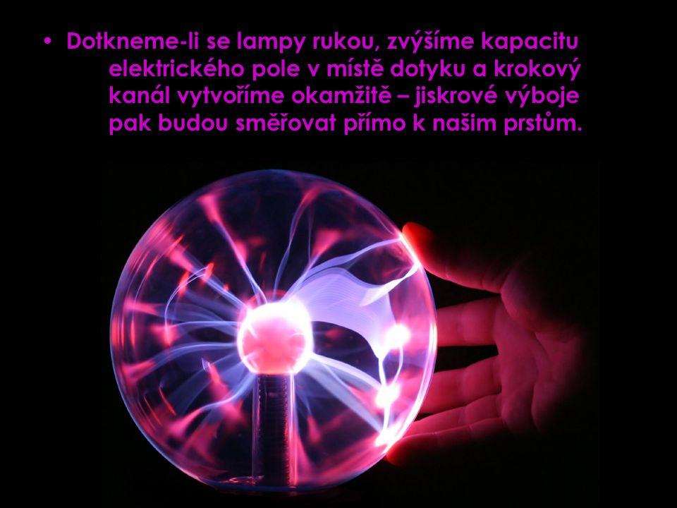 Dotkneme-li se lampy rukou, zvýšíme kapacitu elektrického pole v místě dotyku a krokový kanál vytvoříme okamžitě – jiskrové výboje pak budou směřovat