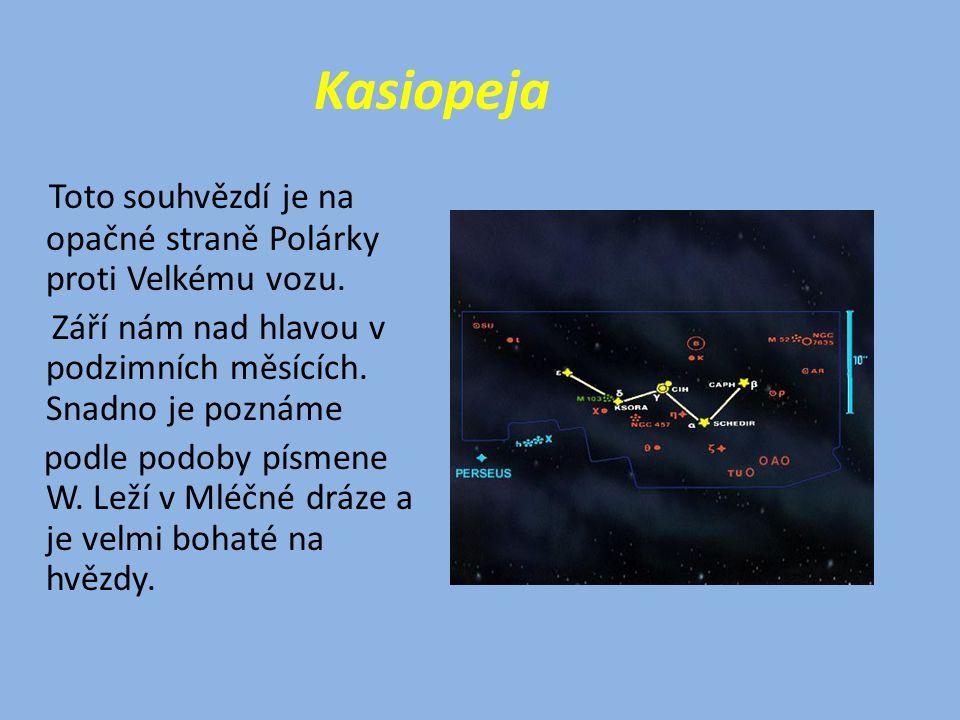 Kasiopeja Toto souhvězdí je na opačné straně Polárky proti Velkému vozu.