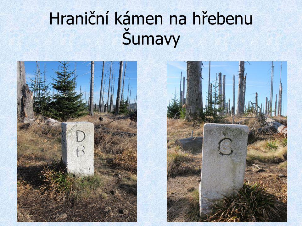 Hraniční kámen na hřebenu Šumavy