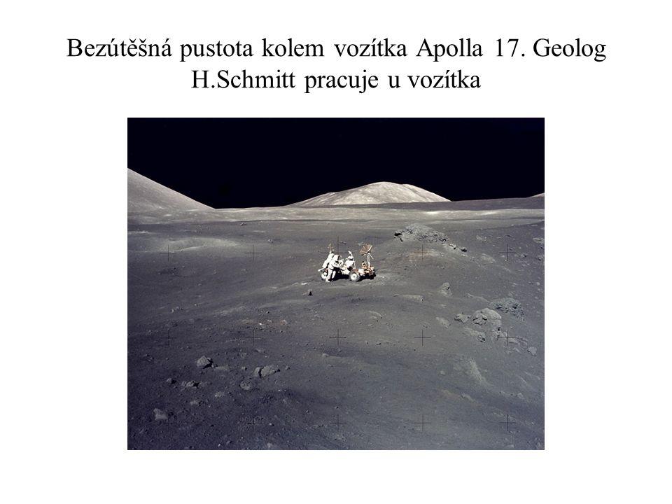 Bezútěšná pustota kolem vozítka Apolla 17. Geolog H.Schmitt pracuje u vozítka