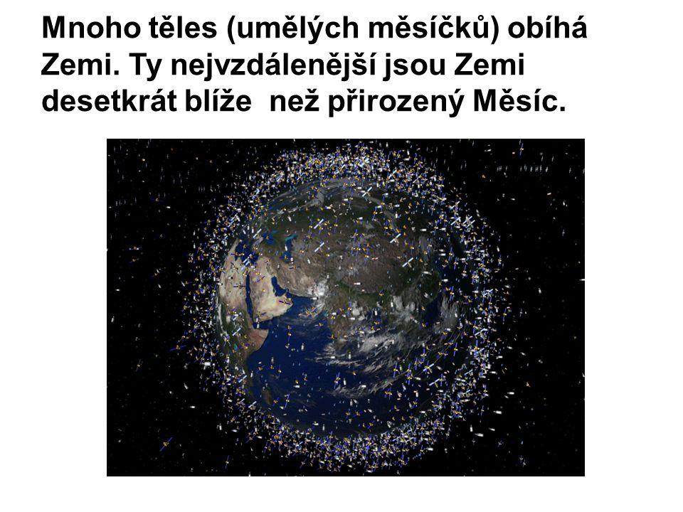 Mnoho těles (umělých měsíčků) obíhá Zemi.