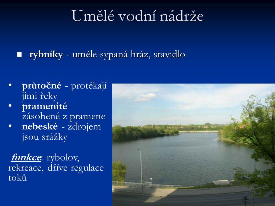 Umělé vodní nádrže rybníky - uměle sypaná hráz, stavidlo rybníky - uměle sypaná hráz, stavidlo průtočné - protékají jimi řeky pramenité - zásobené z pramene nebeské - zdrojem jsou srážky funkce: rybolov, rekreace, dříve regulace toků