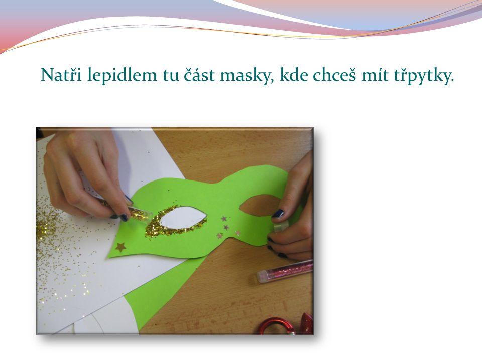 Natři lepidlem tu část masky, kde chceš mít třpytky.