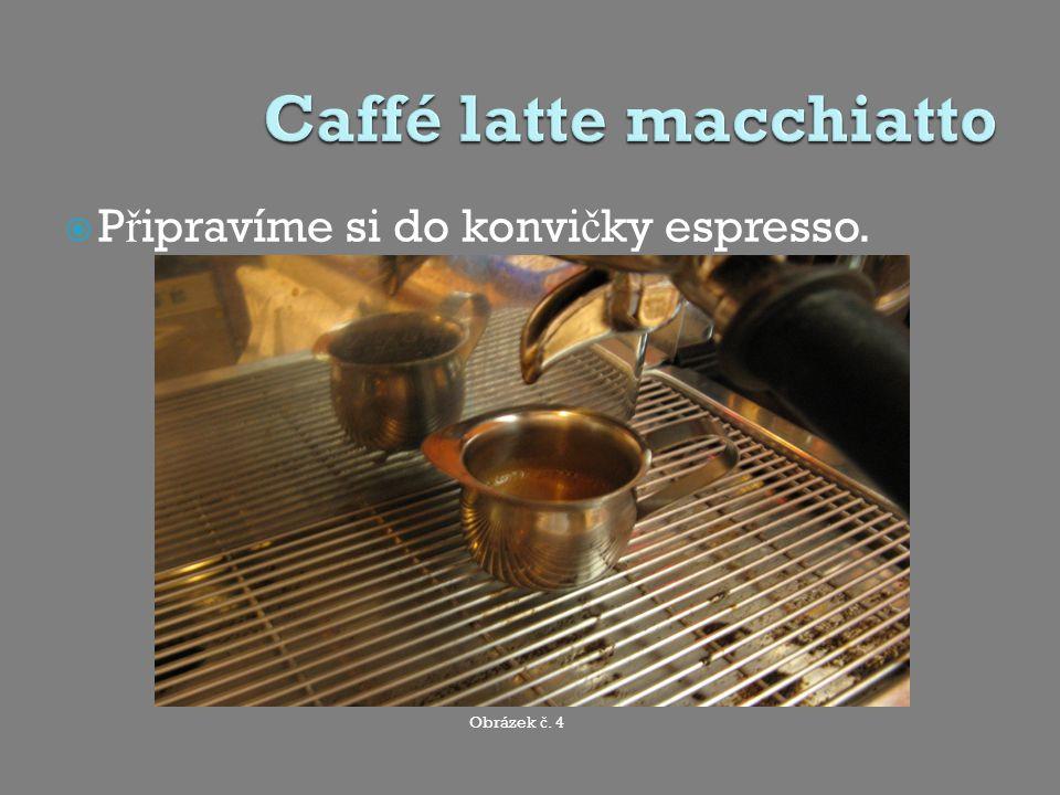 Nalijeme pomalu espresso doprost ř ed mlé č né p ě ny, t ě sn ě nad povrchem.