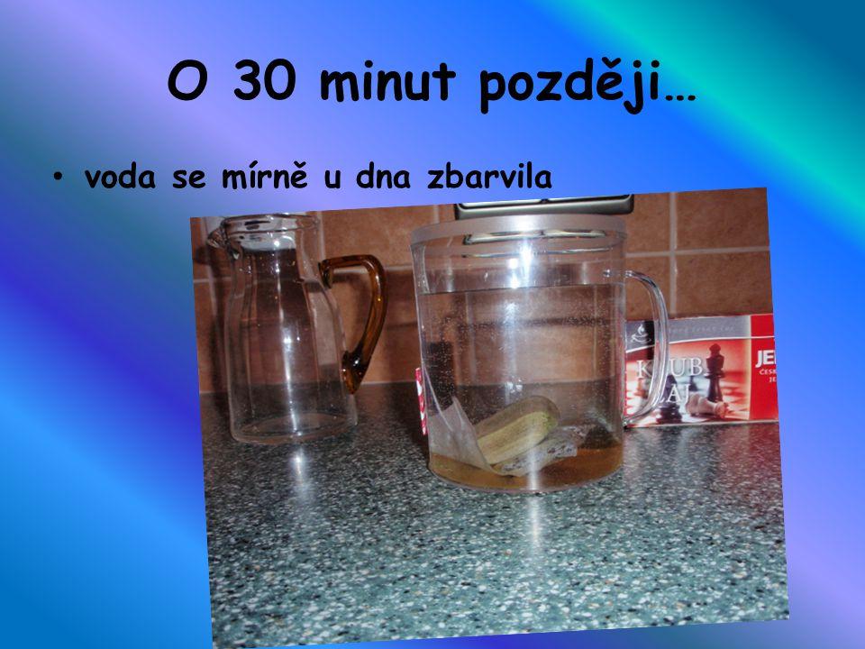 18:05 1 hodina ve vodě čaj se už lehce zabarvil a připomíná světle hnědou barvu