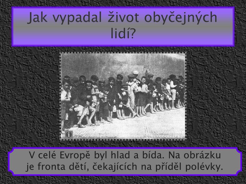 Jak vypadal život obyčejných lidí? V celé Evropě byl hlad a bída. Na obrázku je fronta dětí, čekajících na příděl polévky.