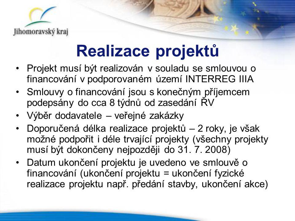 Realizace projektů Projekt musí být realizován v souladu se smlouvou o financování v podporovaném území INTERREG IIIA Smlouvy o financování jsou s konečným příjemcem podepsány do cca 8 týdnů od zasedání ŘV Výběr dodavatele – veřejné zakázky Doporučená délka realizace projektů – 2 roky, je však možné podpořit i déle trvající projekty (všechny projekty musí být dokončeny nejpozději do 31.