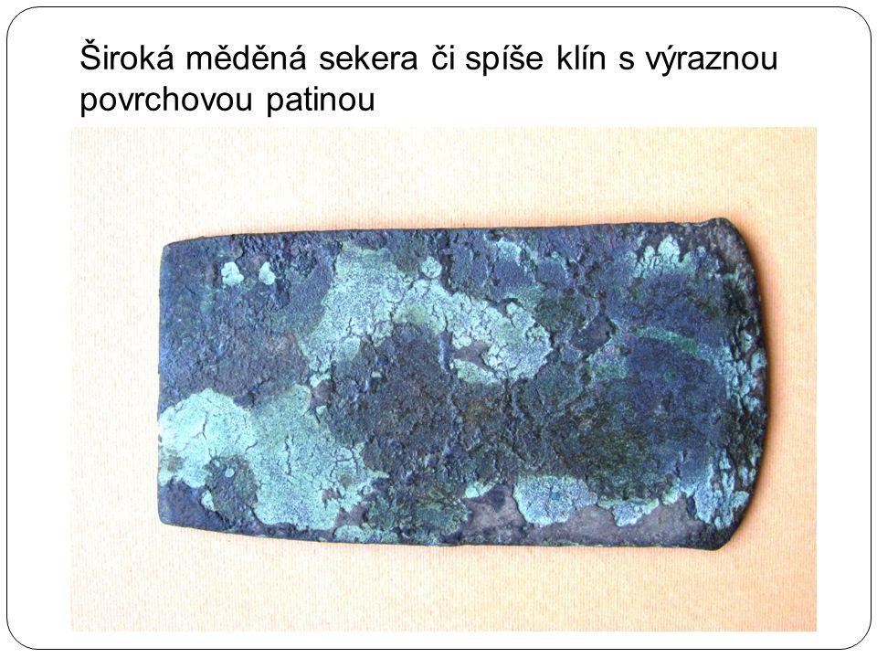 Široká měděná sekera či spíše klín s výraznou povrchovou patinou