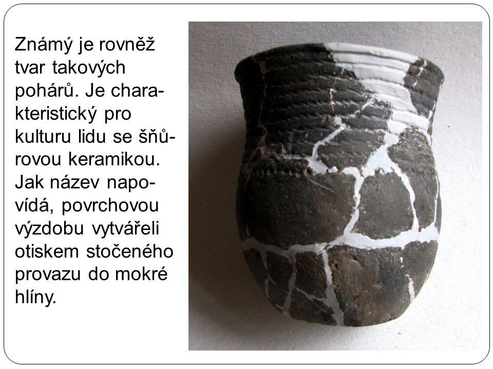 Známý je rovněž tvar takových pohárů. Je chara- kteristický pro kulturu lidu se šňů- rovou keramikou. Jak název napo- vídá, povrchovou výzdobu vytváře