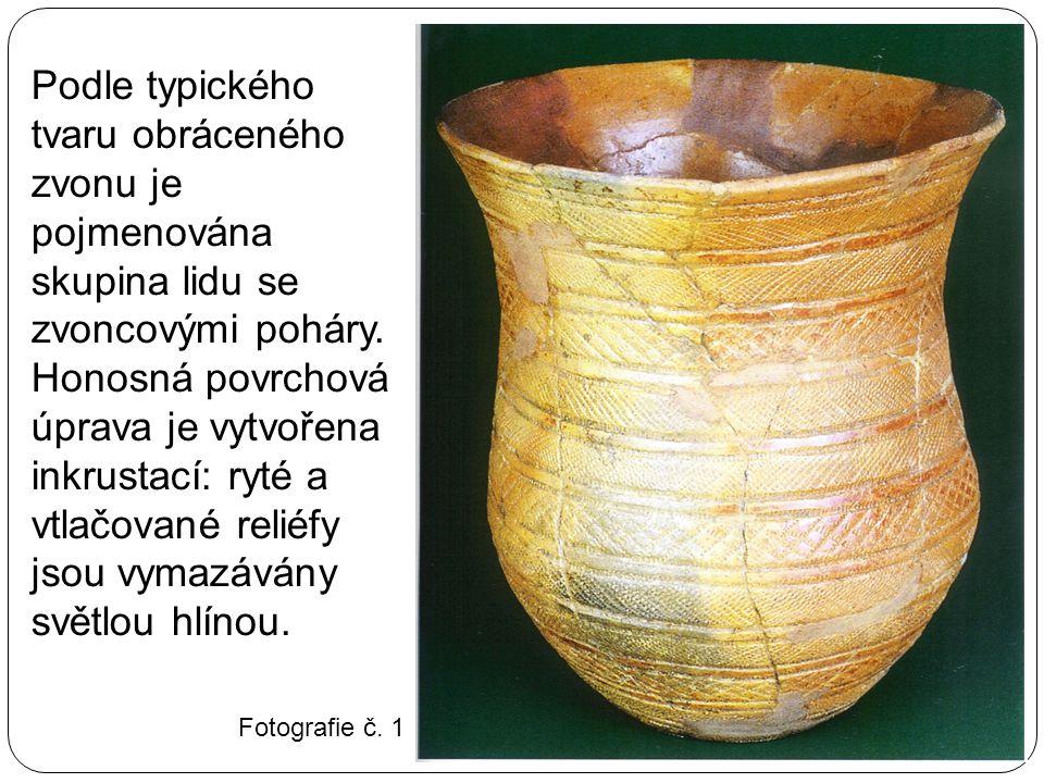 Podle typického tvaru obráceného zvonu je pojmenována skupina lidu se zvoncovými poháry. Honosná povrchová úprava je vytvořena inkrustací: ryté a vtla