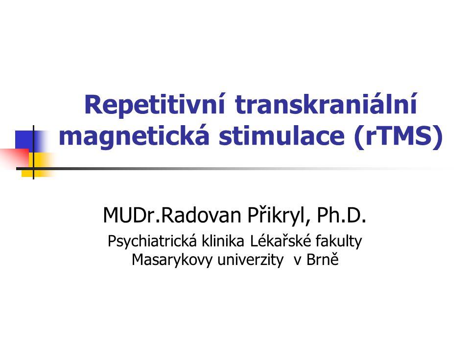 Historie Neinvazivní a fokální stimulace mozku pomocí magnetického pole D´Arsonval (1896) a Thomson (1910) zkonstruovali velké elektromagnetické stimulátory, které ale nevytvořily magnetické pole o dostatečné intenzitě Barker (1985) vyvinul generátor magnetického pole, který byl schopen aktivovat kortikální neurony Stimulační cívka spojená s kondenzátorem schopným vytvořit dostatečně silný elektrický proud ve velmi krátkém časovém intervalu (stejný princip užívají současné přístroje)