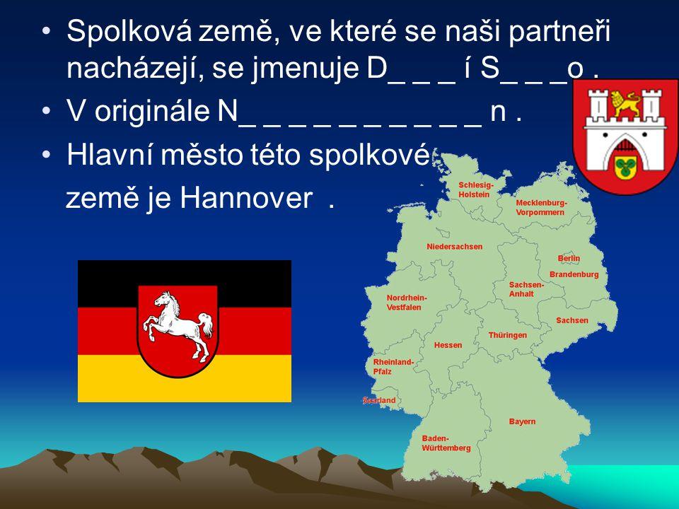 Spolková země, ve které se naši partneři nacházejí, se jmenuje D_ _ _ í S_ _ _o. V originále N_ _ _ _ _ _ _ _ _ _ n. Hlavní město této spolkové země j