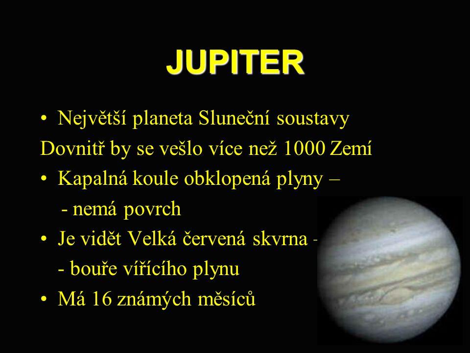 JUPITER Největší planeta Sluneční soustavy Dovnitř by se vešlo více než 1000 Zemí Kapalná koule obklopená plyny – - nemá povrch Je vidět Velká červená