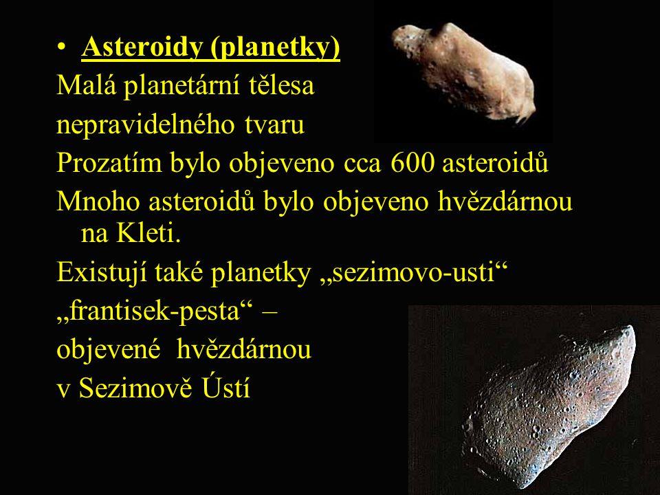 Asteroidy (planetky) Malá planetární tělesa nepravidelného tvaru Prozatím bylo objeveno cca 600 asteroidů Mnoho asteroidů bylo objeveno hvězdárnou na