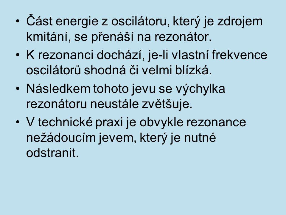 Část energie z oscilátoru, který je zdrojem kmitání, se přenáší na rezonátor.