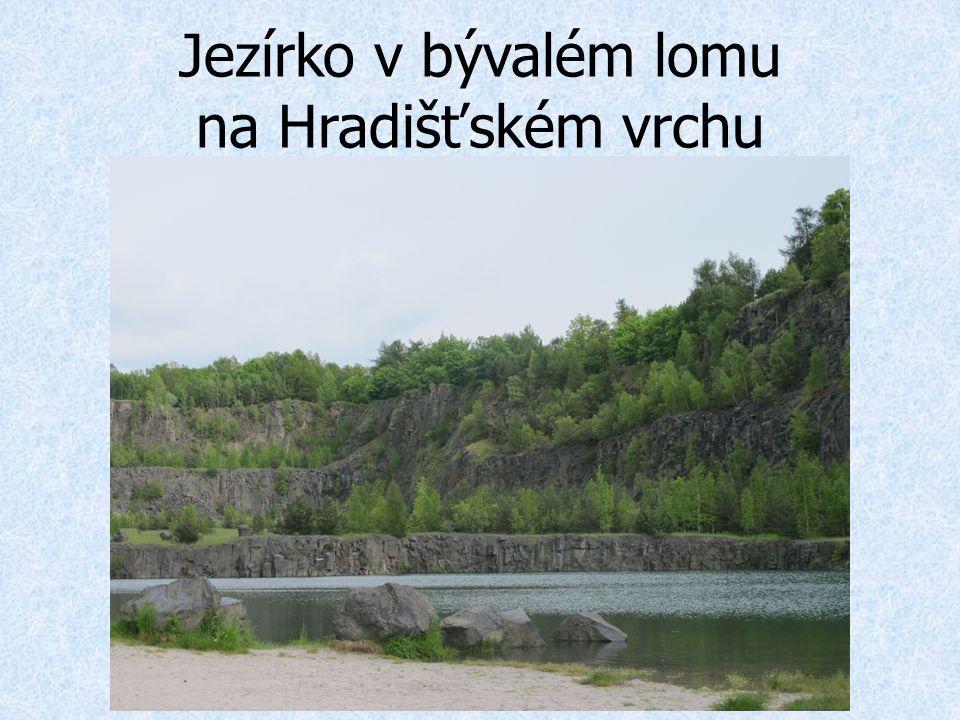 Jezírko v bývalém lomu na Hradišťském vrchu