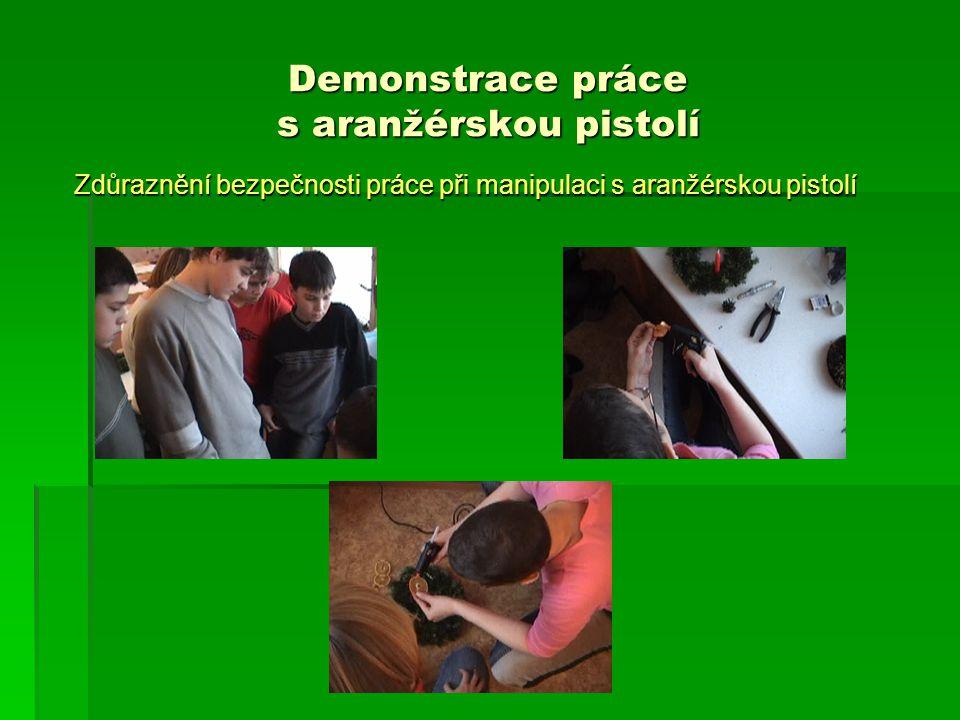 Demonstrace práce s aranžérskou pistolí Zdůraznění bezpečnosti práce při manipulaci s aranžérskou pistolí Zdůraznění bezpečnosti práce při manipulaci