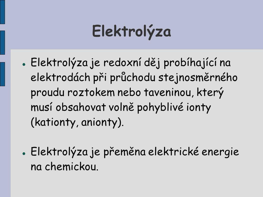 Elektrolýza Elektrolýza je redoxní děj probíhající na elektrodách při průchodu stejnosměrného proudu roztokem nebo taveninou, který musí obsahovat vol