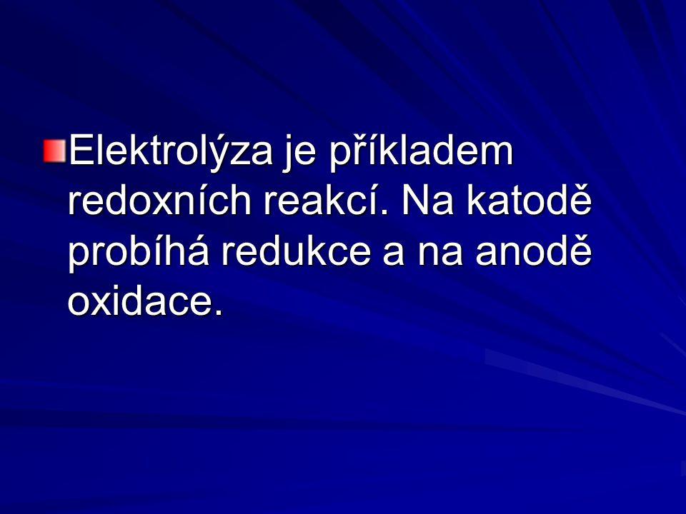 Elektrolýza je příkladem redoxních reakcí. Na katodě probíhá redukce a na anodě oxidace.