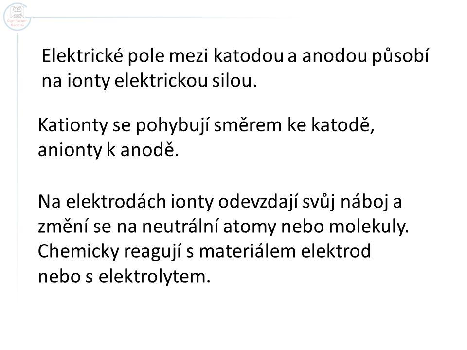 Elektrické pole mezi katodou a anodou působí na ionty elektrickou silou. Kationty se pohybují směrem ke katodě, anionty k anodě. Na elektrodách ionty
