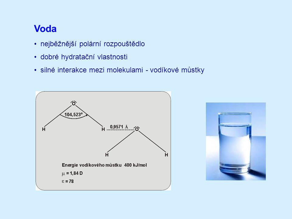 Nevodná rozpouštědla protická (alkoholy, kapalný amoniak, aj.) aprotická polární (DMSO, DMFA, MeCN aj.) aprotická nepolární (alkany, aromáty, apod.) Směsná rozpouštědla používají se relativně často pro zvýšení rozpustnosti buď iontové sloučeniny nebo reagentu převládá vliv jednoho nebo druhého rozpouštědla u ideálního chování směsi se často setkáváme s aditivním účinkem vlastnosti neideální chování směsi se projevuje v synergickém nebo antagonistickém působení