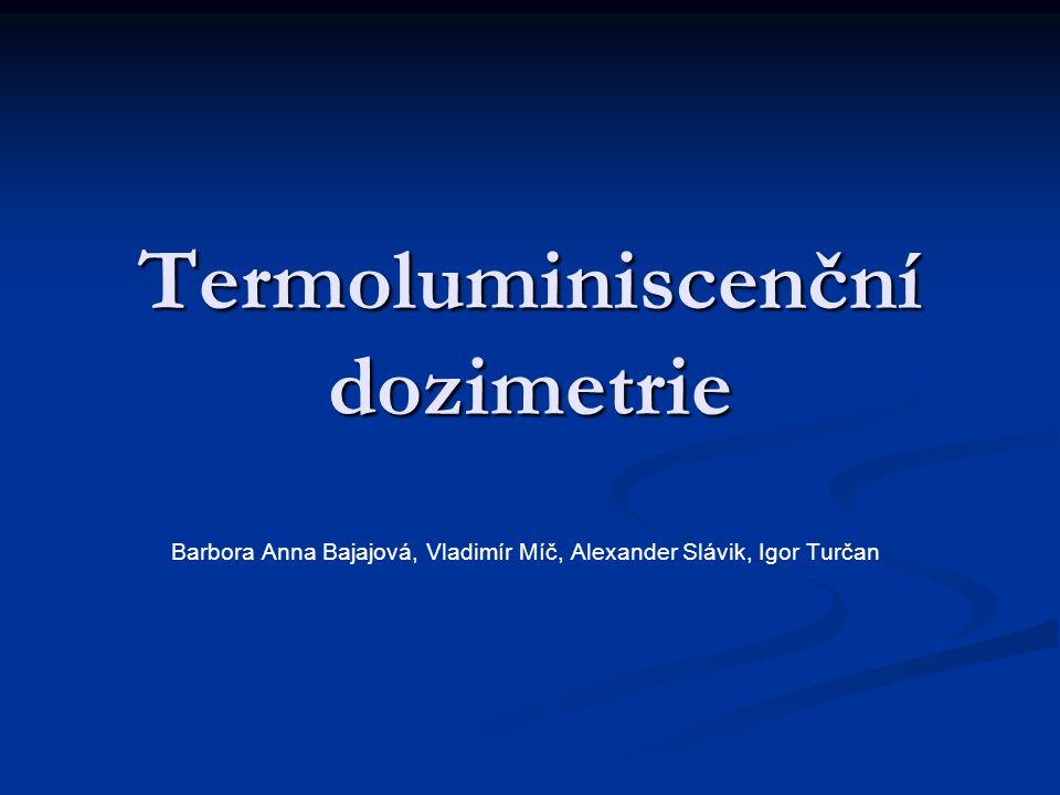 Dozimetr Slouží ke zjištění absorbované dávky ionizujícího záření Slouží ke zjištění absorbované dávky ionizujícího záření D = E/m[D] = J/kg =Gy (Grey) D = E/m[D] = J/kg =Gy (Grey) Typy: filmový, chemický, termoluminiscenční (TLD, založený na principu termoluminiscence) Typy: filmový, chemický, termoluminiscenční (TLD, založený na principu termoluminiscence)