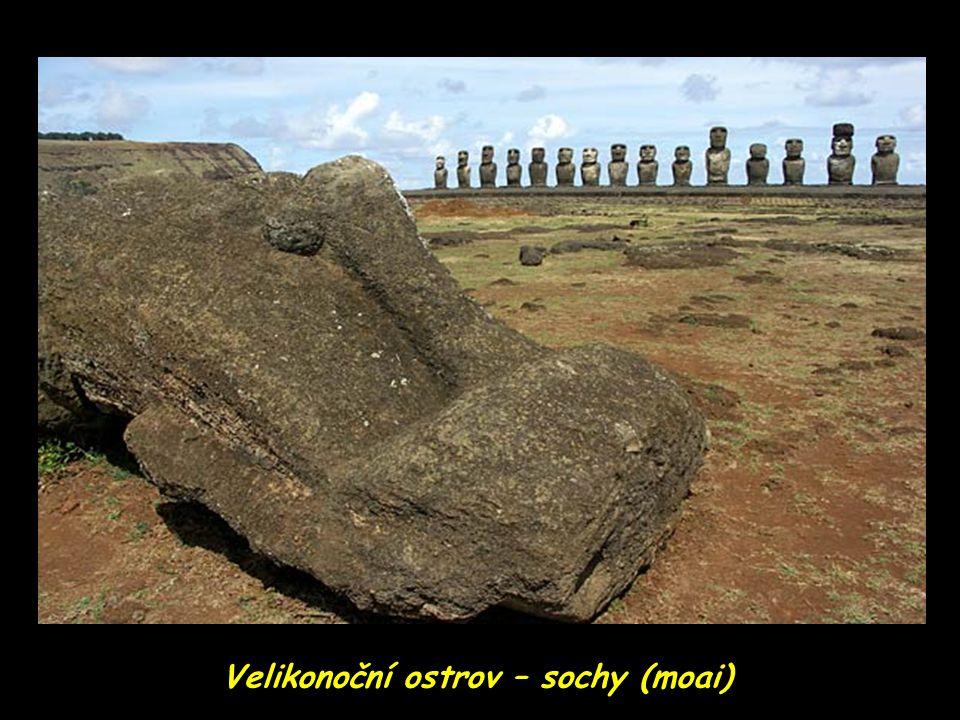 Velikonoční ostrov – sochy (moai) hledí na oceán…