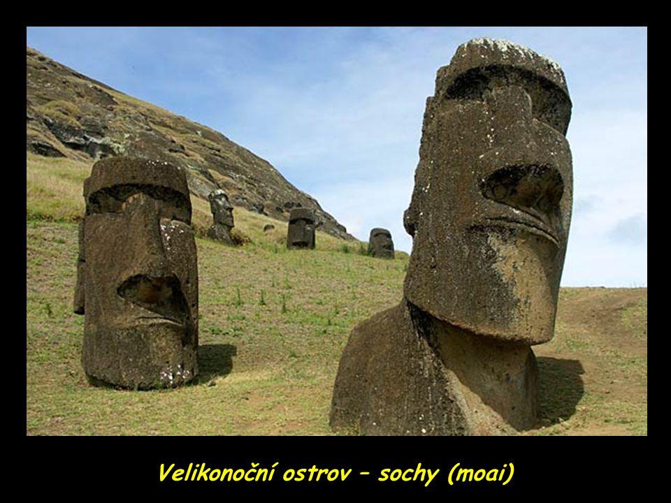 Velikonoční ostrov – sochy (moai)