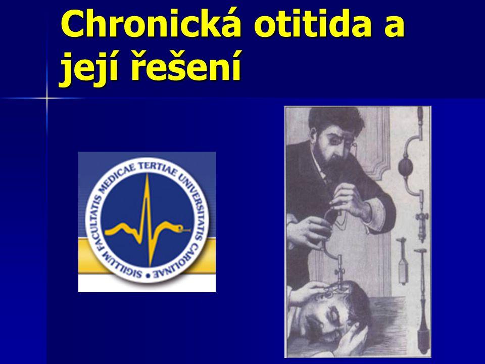 Otitis media chronica (OMCH) Chronické zánětlivé změny bubínku, sliznice středouší, řetězu kostěných sept mastoidu s možnou extenzí do labyrintu, na lícní nerv, do SJ a ZJ lební SS - komplikace Chronické zánětlivé změny bubínku, sliznice středouší, řetězu kostěných sept mastoidu s možnou extenzí do labyrintu, na lícní nerv, do SJ a ZJ lební SS - komplikace Klasifikace vzhledem k Klasifikace vzhledem k Průběhu – constantly, intermitently discharging ear, residua post otitidem Průběhu – constantly, intermitently discharging ear, residua post otitidem Lokalizaci - epitympanická, mesotympanická, epimesotympanická forma Lokalizaci - epitympanická, mesotympanická, epimesotympanická forma Rozsahu patologických změn – OMCH simplex ( Sliznice středouší a mastoidu ), cum ostitide ( Změny sliznice + řetězu kůstek event.