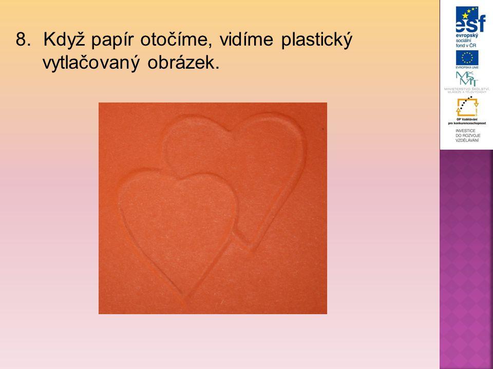 8.Když papír otočíme, vidíme plastický vytlačovaný obrázek.