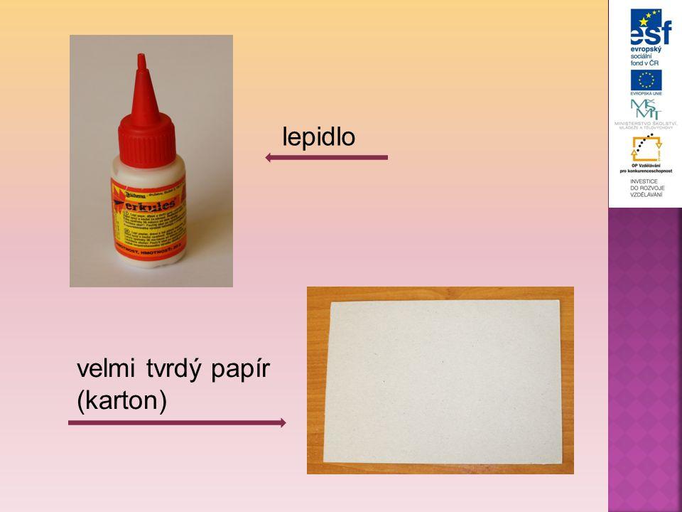 Červený papír podlepíme jiným barevným papírem (jiný odstín).