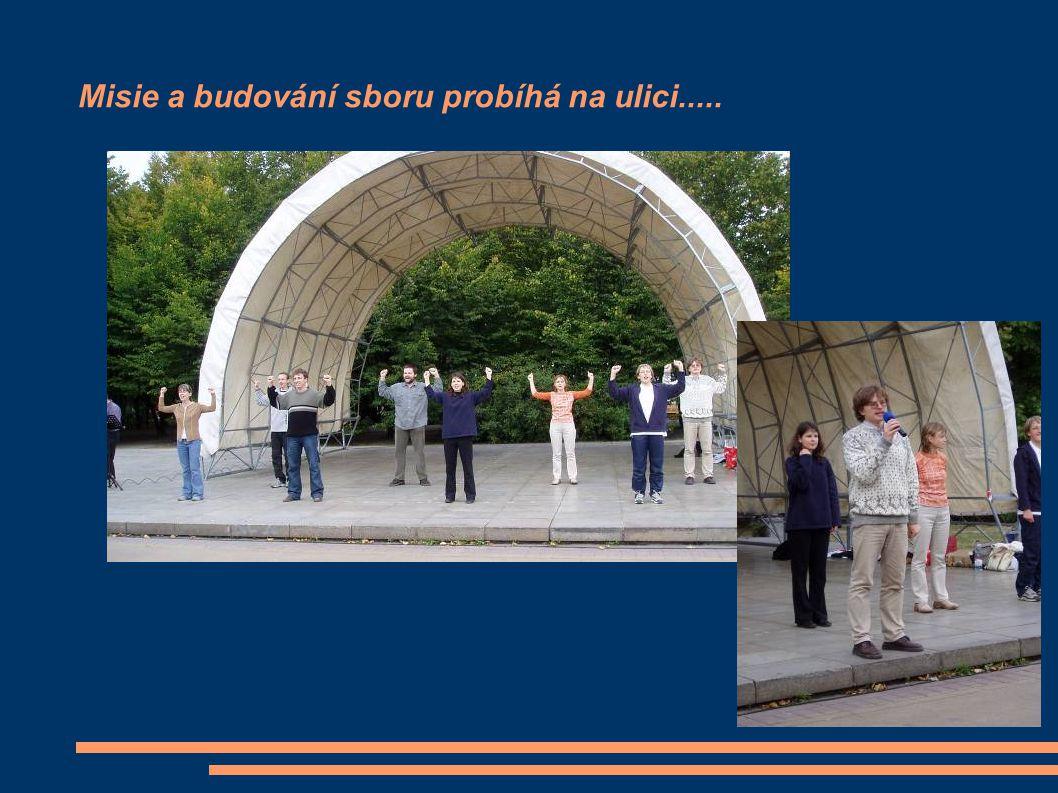 Misie a budování sboru probíhá na ulici.....
