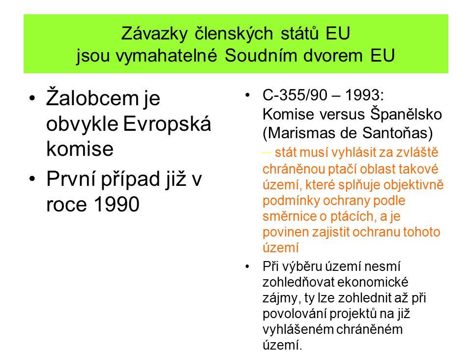 Závazky členských států EU jsou vymahatelné Soudním dvorem EU Žalobcem je obvykle Evropská komise První případ již v roce 1990 C-355/90 – 1993: Komise versus Španělsko (Marismas de Santoňas) – stát musí vyhlásit za zvláště chráněnou ptačí oblast takové území, které splňuje objektivně podmínky ochrany podle směrnice o ptácích, a je povinen zajistit ochranu tohoto území Při výběru území nesmí zohledňovat ekonomické zájmy, ty lze zohlednit až při povolování projektů na již vyhlášeném chráněném území.