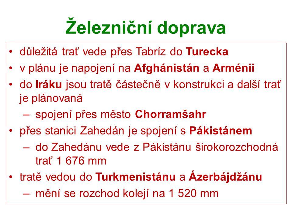 Železniční doprava důležitá trať vede přes Tabríz do Turecka v plánu je napojení na Afghánistán a Arménii do Iráku jsou tratě částečně v konstrukci a