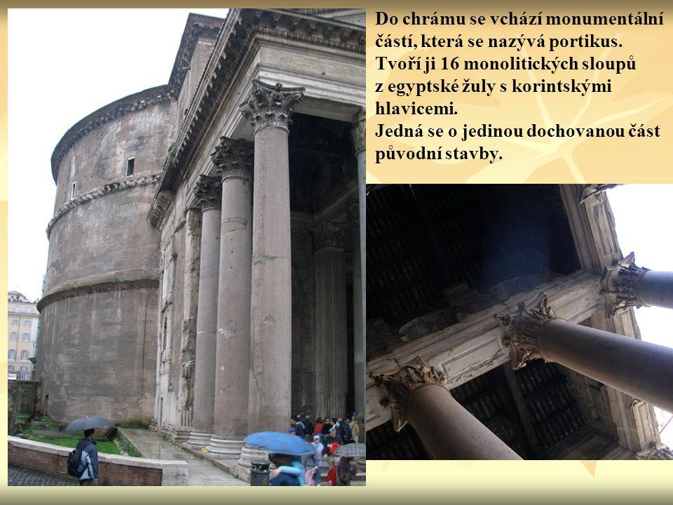 Do chrámu se vchází monumentální částí, která se nazývá portikus. Tvoří ji 16 monolitických sloupů z egyptské žuly s korintskými hlavicemi. Jedná se o