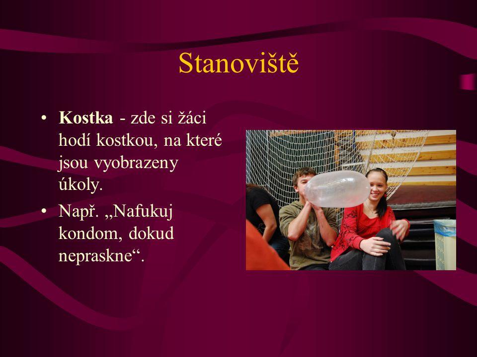 """Stanoviště Kostka - zde si žáci hodí kostkou, na které jsou vyobrazeny úkoly. Např. """"Nafukuj kondom, dokud nepraskne""""."""
