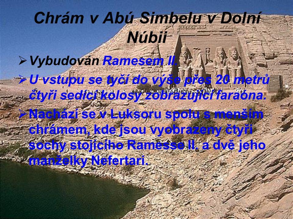 Chrám v Abú Simbelu v Dolní Núbii  Vybudován Ramesem II.  U vstupu se tyčí do výše přes 20 metrů čtyři sedící kolosy zobrazující faraóna.  Nachází