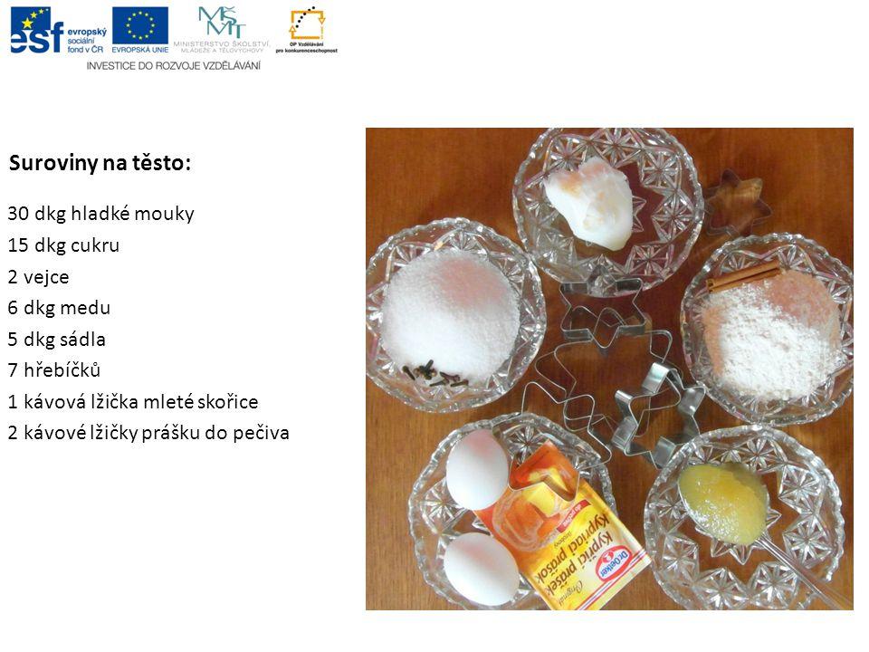 Suroviny na těsto: 30 dkg hladké mouky 15 dkg cukru 2 vejce 6 dkg medu 5 dkg sádla 7 hřebíčků 1 kávová lžička mleté skořice 2 kávové lžičky prášku do pečiva