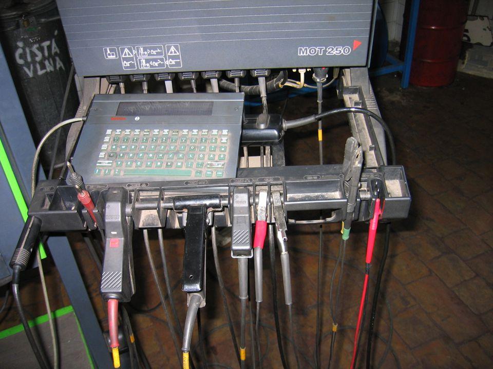 Kontrola předstihu zážehu pomocí stroboskopické lampy.