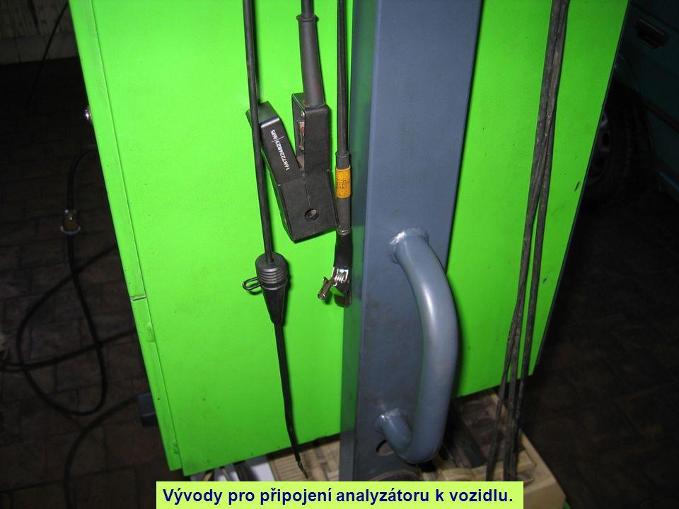 Připojení měřícího přístroje k vozidlu.