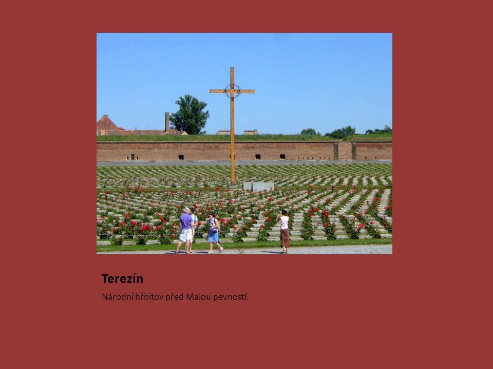 Terezín Národní hřbitov před Malou pevností.